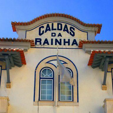 Facade of the Caldas da Rainha train station.